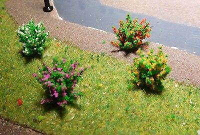 50 dunkelgrüne Büsche, rot, gelb, weiß, und violett blühend, 28 mm hoch 12
