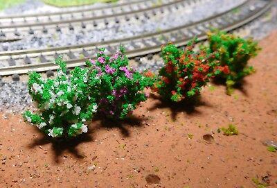 50 dunkelgrüne Büsche, rot, gelb, weiß, und violett blühend, 28 mm hoch 5
