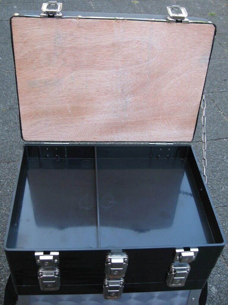 Behr Alu-Sitzkiepe mit  schwarzen Klappladen Futterwanne 0903001