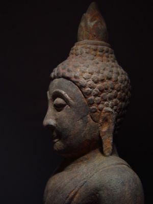 A SANDSTONE FIGURE OF A SEATED STONE BUDDHA. AYUTTHAYA PERIOD 16/17th C. 5