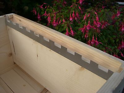12 Castellated frame spacers (6 pairs) holding 10 frames 3