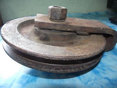 Alte große Eisenrolle Umlenkrolle Rolle Flaschenzug mit Wirbel Haken Kerker larp