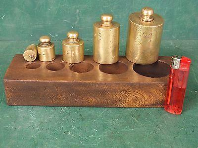 Gewichtssatz 5 Große Gewichte, 50 bis 1000 Gramm Eisen Vermessingt im Holzblock
