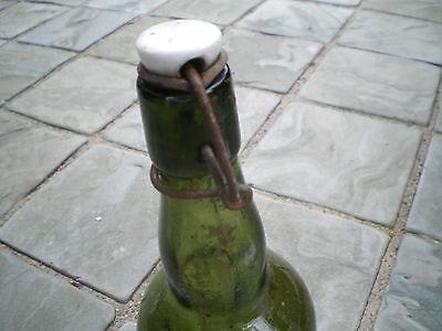 Alte grüne Glasflasche mit Bügelverschluss M 6