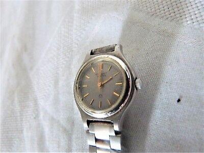 Aus einer Auflösung: schöne Orient Quartz Armbanduhr