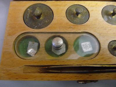 Satz Gewichte Apothekergewichte in Holzkästchen mit Pinzette