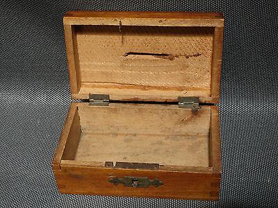 ancienne petite boite en bois tirelire souvenir d 39 izeron. Black Bedroom Furniture Sets. Home Design Ideas