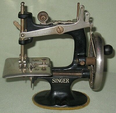 Collectible Vintage Childs Wood Handled Cast Iron Singer Sewing Machine #20 2