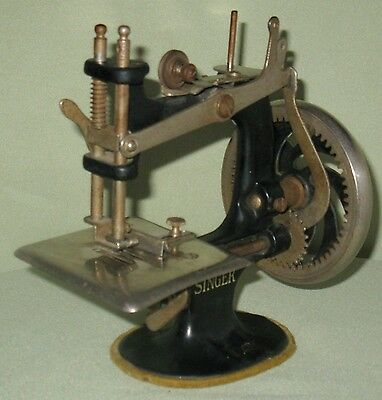 Collectible Vintage Childs Wood Handled Cast Iron Singer Sewing Machine #20 5