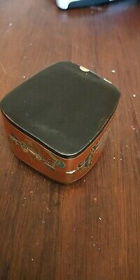 early 20th centry Chinese lacquered box with porcelain cover 5
