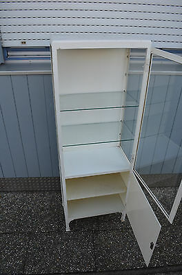 Alter ORIGINAL zweitüriger Arztschrank Metallvitrine Design Möbel 2 4