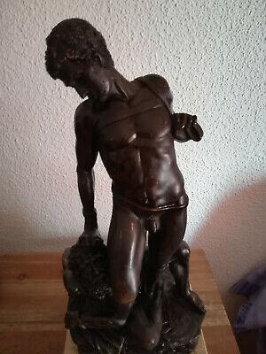 Escultura de bronce David y Goliat tras la batalla 2