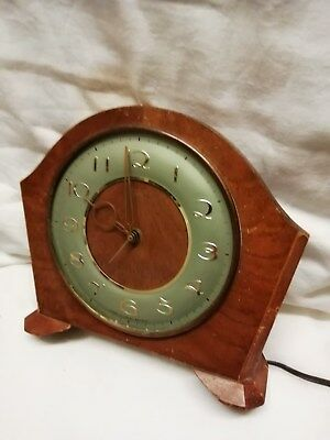 (350)     Brown Wooden Mains  Electric Mantel Peice Clock 2