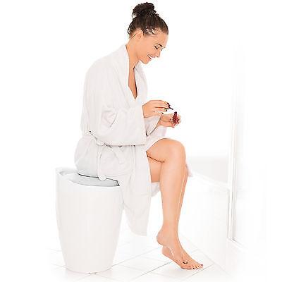 Taburete de baño asiento redondo moderno silla cesta de ropa con espacio blanco.