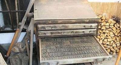 Schriftenschrank ca. 1890 mit original Holzlettern Setzschrank Setzkasten antik