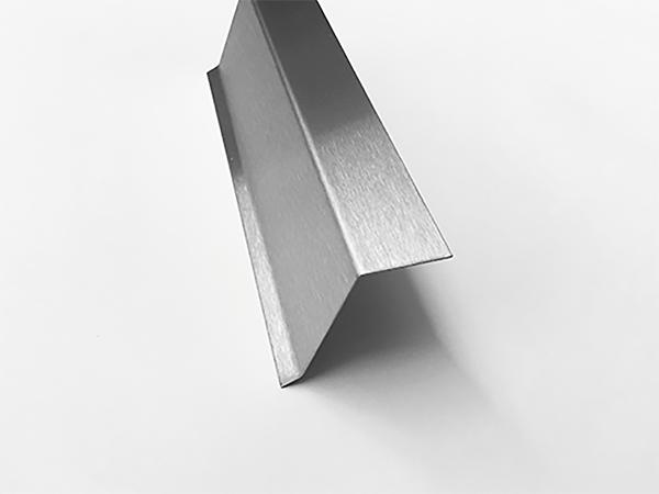2,5m Edelstahlwinkel 110° mit 45° Tropfkante AUSSEN L 2500mm 1.4301 Schliff K320