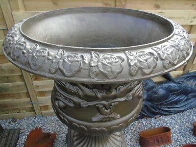 vasque . jardinière en fonte pat bronze avec motifs .. superbe pot