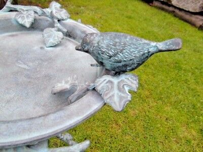 B/énitier sur Pied Style Bain doiseaux ou Mangeoire /à Volatiles en Fonte Patin/ée Grise 22x22x34cm