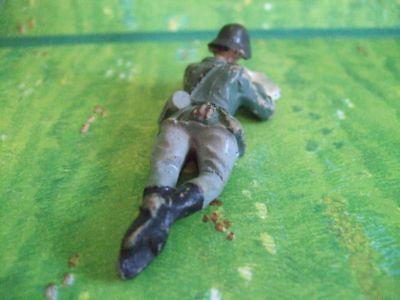 Soldat liegend Karte lesend, passend zu 7,50 cm von Elastolin und Lineol