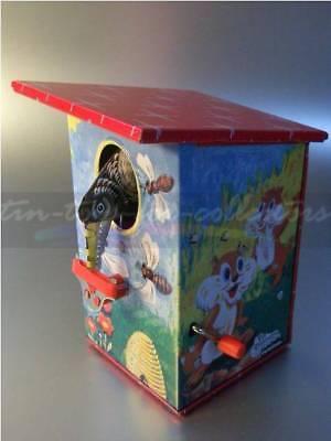 Tin Money Bank Spardose Diebische Elster Bienenkorbmotiv Kurbelmechanik Litho 3