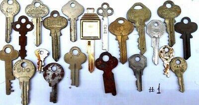 Lot of (20} old  - vintage - antique keys 3