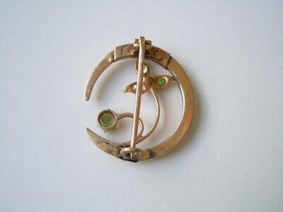 Feine alte Schaumgold Mond-/Blumenform Brosche mit 5 Peridot 3,0 g/2,6 x 2,3 cm