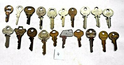 Lot of (20} old  - vintage - antique keys 6