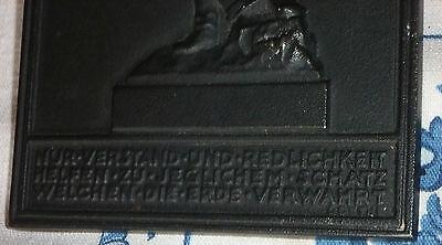 Einseitige  Eisengußplakette  o. J. (BUDERUS) Bergmann  mit  Keilhaue und Erz 2