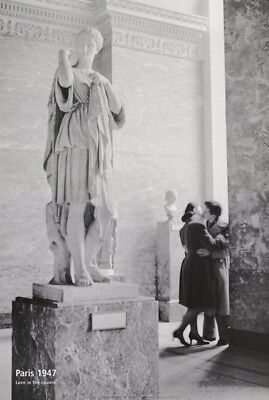 POSTER :PHOTO: LOVE IN THE LOUVRE - PARIS 1947 - FREE SHIPPING - #ST2790 RC49 F