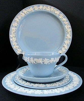 Wedgwood Queens Ware 5-piece Place Setting Mountbatten 2243 Cream on Blue