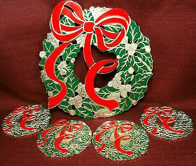 05.0215| HOLIDAY GREEN HOLLY & RED BOW WREATH JAPAN METAL TRIVET & COASTERS