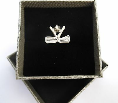 GOLF LAPEL PIN GIFT-SILVER STYLE METAL 20mm GOLF CLUBS & BALL in a GIFT BOX-NEW
