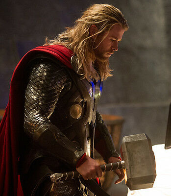 Chris Hemsworth UNSIGNED photo - B172 - Thor
