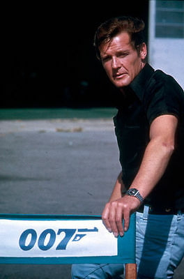 Roger Moore Unsigned Photo - 4289 - James Bond