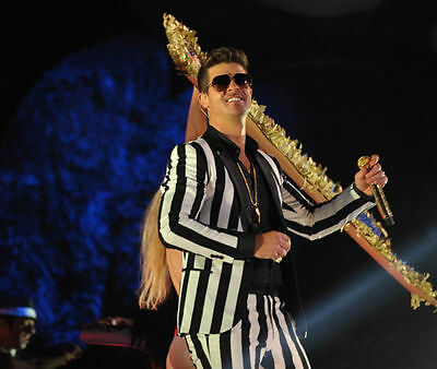 Robin Thicke Unsigned Photo - 7586 - Singer & Songwriter