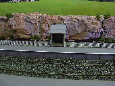 Ho scale platform with picket fence
