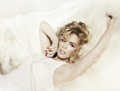 Kylie Minogue Unsigned Photo - 8157 - Stunning!!!!!