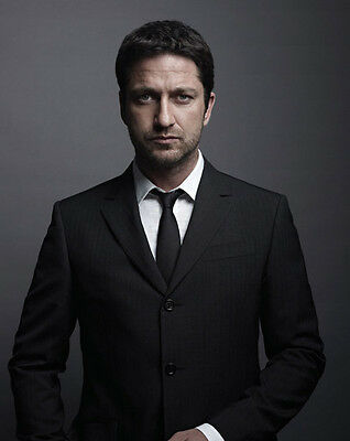 Gerard Butler UNSIGNED photo - B1307 - HANDSOME!!!!!