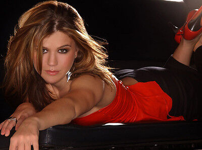 KELLY CLARKSON UNSIGNED photo - B765 - GORGEOUS!!!!