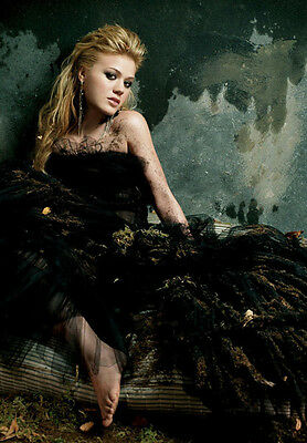 KELLY CLARKSON UNSIGNED photo - B768 - GORGEOUS!!!!