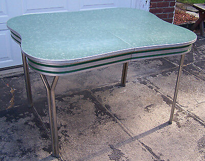 VINTAGE FORMICA TABLE in Green w/Scalloped Edge Design - 1950's - VGUC!