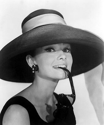 Audrey Hepburn UNSIGNED photo - B3288 - Breakfast at Tiffany's