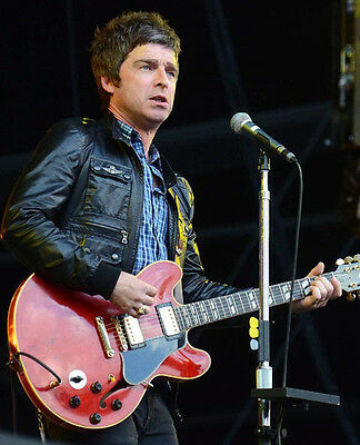 Noel Gallagher UNSIGNED photo - D1254 - Oasis