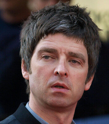 Noel Gallagher UNSIGNED photo - D1257 - Oasis