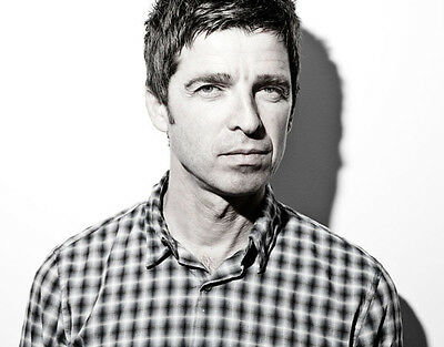 Noel Gallagher UNSIGNED photo - D1258 - Oasis