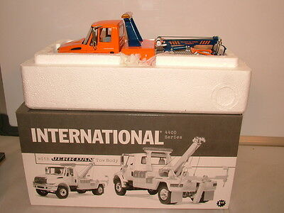 First Gear No 19-2929 International 4400 and Jerr-Dan tow body MB