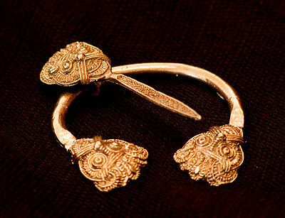 Pennanular Brooch with faces! - A-16