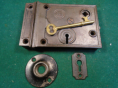 VINTAGE READING HARDWARE R.H.C. RIM LOCK w/KEY, KEEPER & BOTH ESCUTCHEONS (6374)