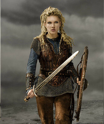 Katheryn Winnick UNSIGNED photo - H725 - Vikings