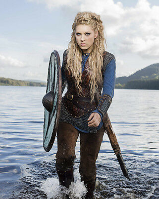 Katheryn Winnick UNSIGNED photo - H728 - Vikings